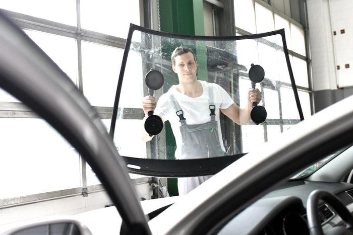 Wir von Joe's Kfz, der Autowerkstatt Vorarlberg, wechseln Ihre Scheibe professionell!